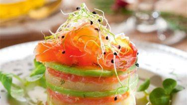 Timbal-de-salmón-ahumado-con-aguacate-y-queso-640x360